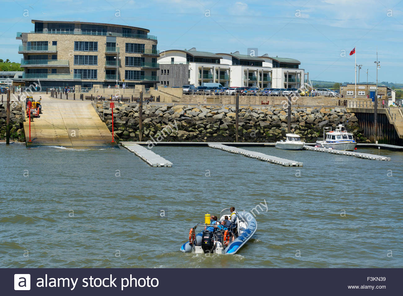 Vue sur le port vers l'Ellipse Building, West Bay, Dorset England UK Photo Stock