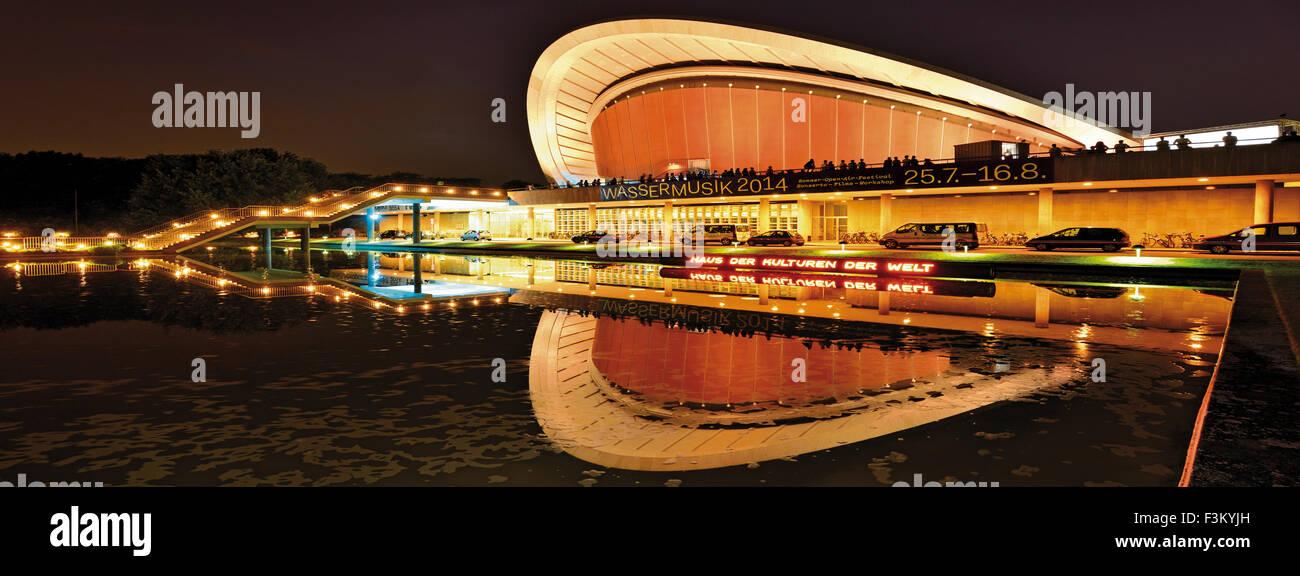 Allemagne, Berlin: Maison des Cultures du Monde par nuit en vue panoramique Photo Stock