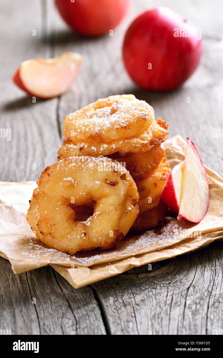 Apple rings sur papier cuisson sur table rustique Photo Stock