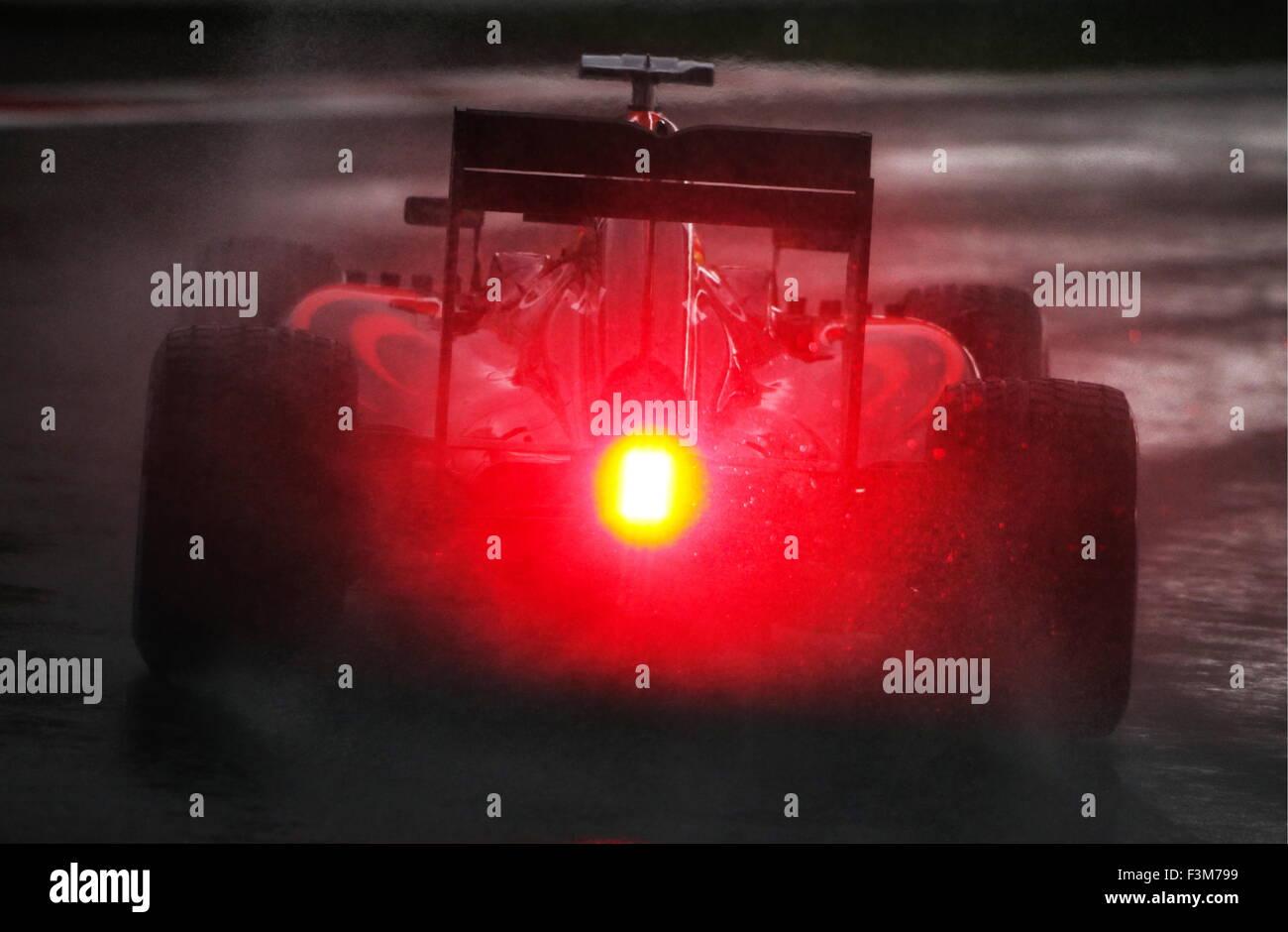 Sochi, Russie. 9 octobre, 2015. Pilote automobile espagnol Fernando Alonso de la McLaren-Honda F1 Team prend part Photo Stock