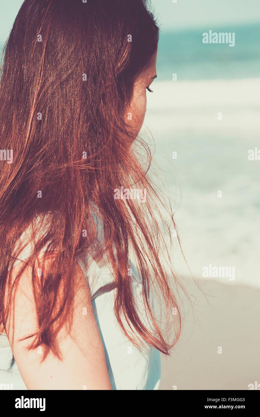 Jeune femme historique sur la plage portant une robe bleue Photo Stock