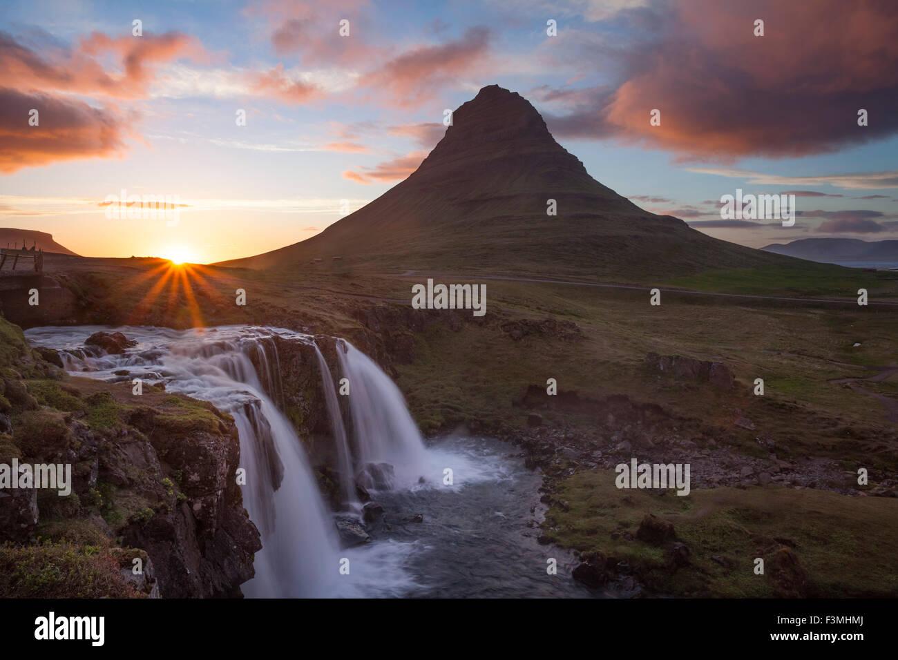 Coucher de soleil sur la montagne Kirkjufell et cascade, Grundarfjordur, Péninsule de Snæfellsnes, Vesturland, Photo Stock