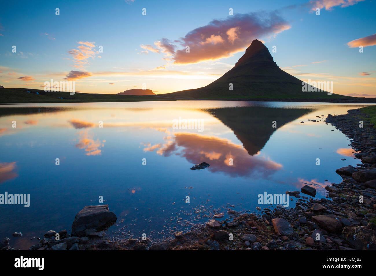 Coucher du soleil reflet de Kirkjufell mountain, Grundarfjordur, Péninsule de Snæfellsnes, Vesturland, Photo Stock