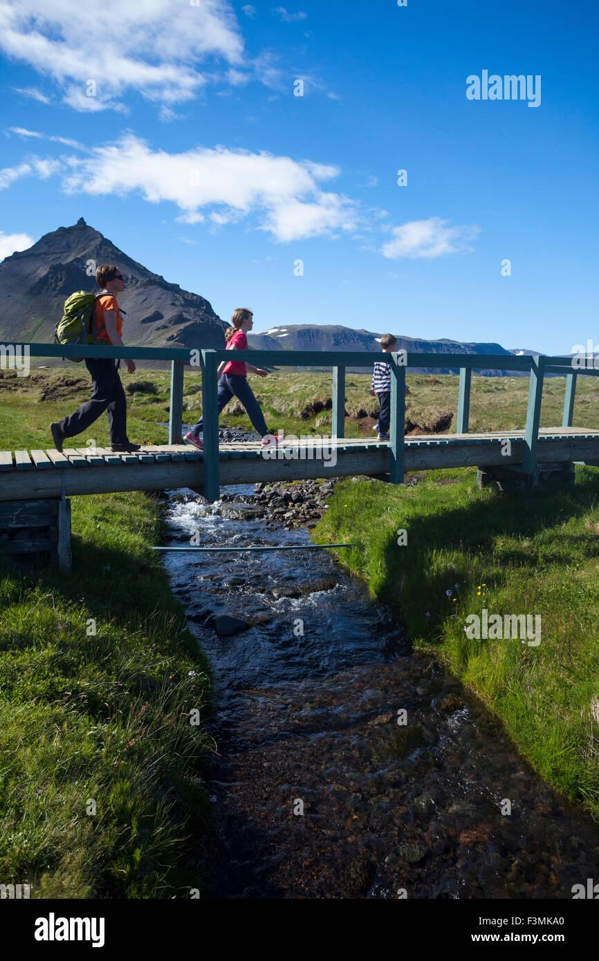 Randonnée familiale le Hellnar-Arnarstapi chemin côtier, Péninsule de Snæfellsnes, Vesturland, Photo Stock