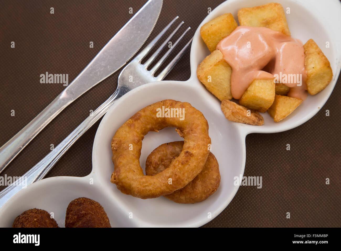 Anneaux de calmars frits tapas espagnoles et potates braves Banque D'Images