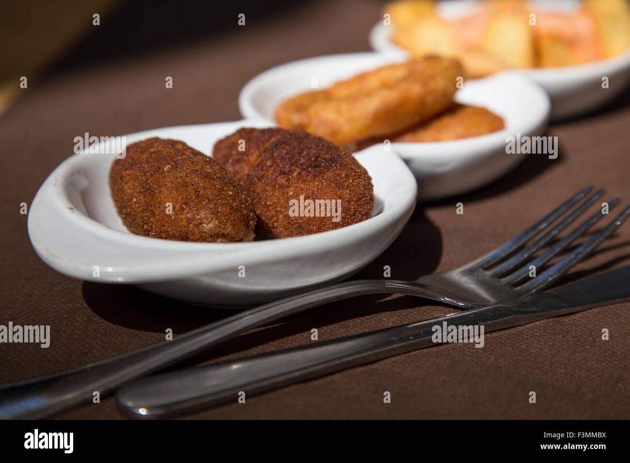 Des tapas espagnoles, de calmars et de la morue frite, Barcelone Banque D'Images