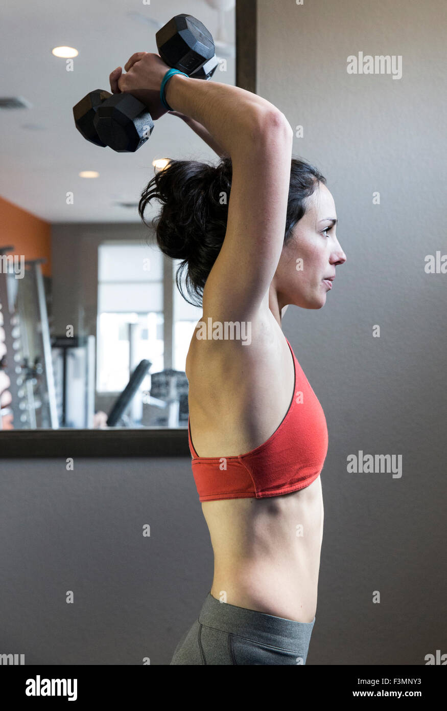 Mince et sportif de formation de poids femelle Photo Stock