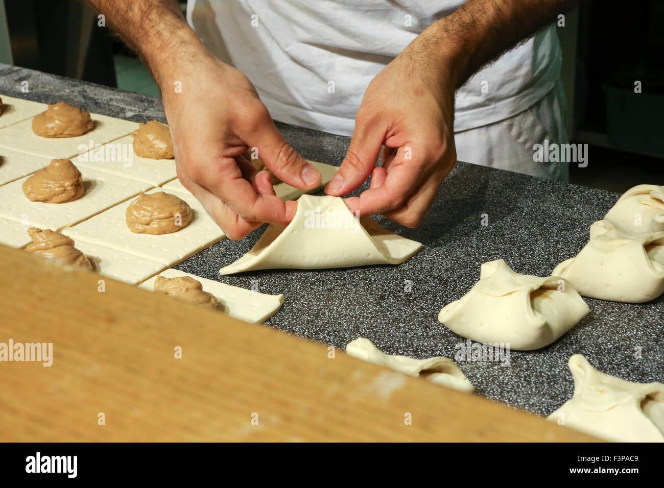 Travaillant dans une boulangerie Baker Photo Stock