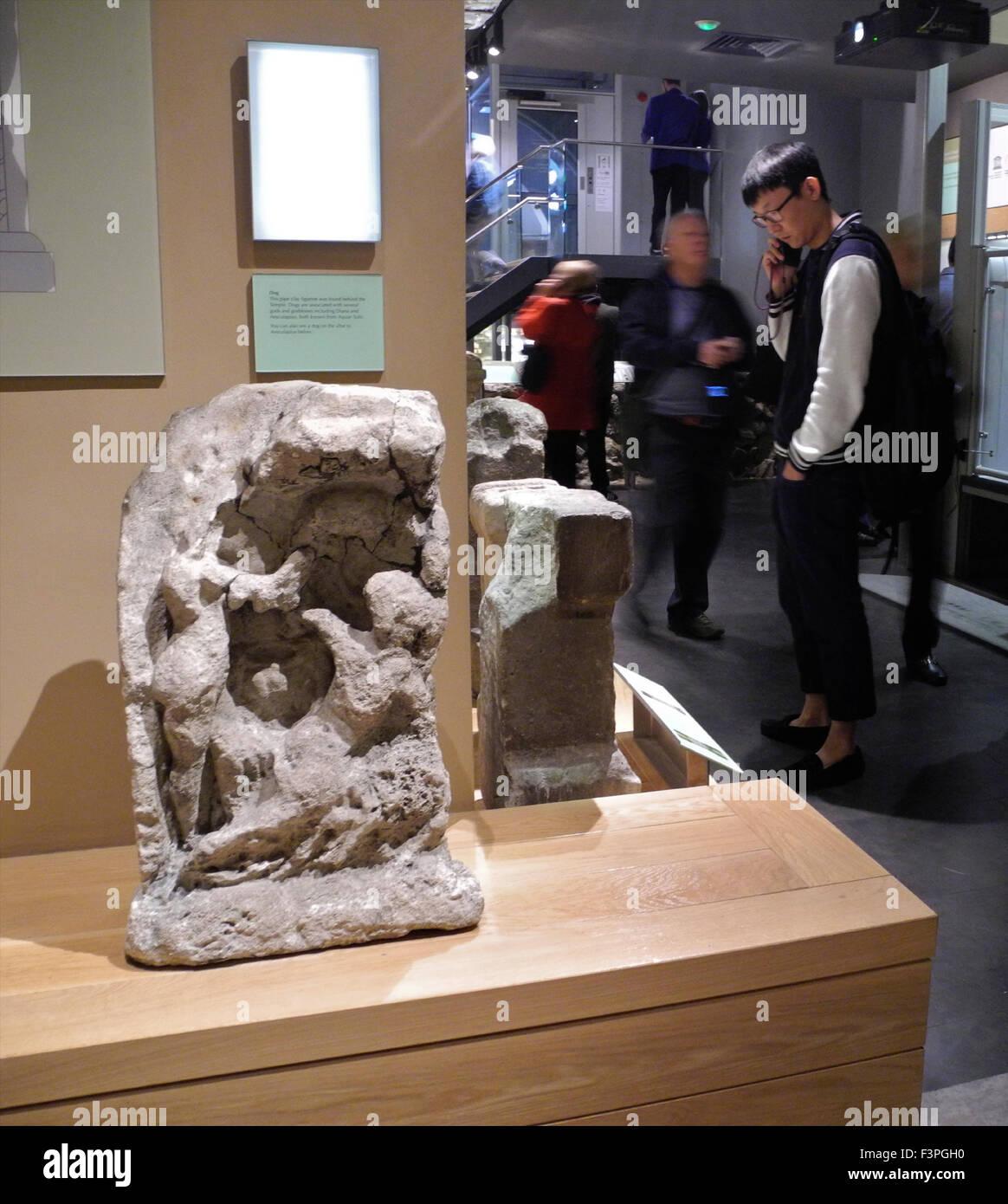 Les touristes visiteurs aux Bains Romains ruines reste dans la ville de Bath au Royaume-Uni. Photo Stock