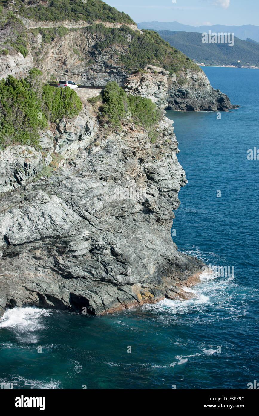 Une courbe d'une route en bord de mer sur une falaise, corse, france Photo Stock