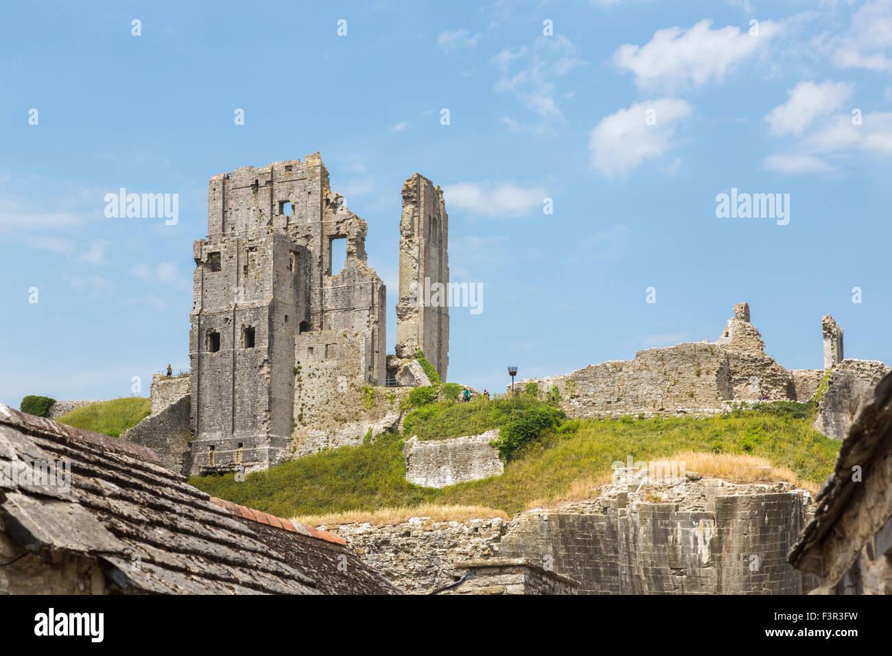 Ruines de l'emblématique château de Corfe médiéval perché, un leader populaire visites Photo Stock