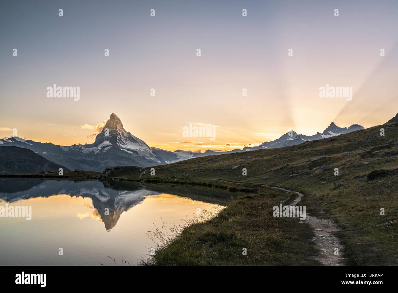 Le Cervin reflète dans Stellisee au coucher du soleil Photo Stock