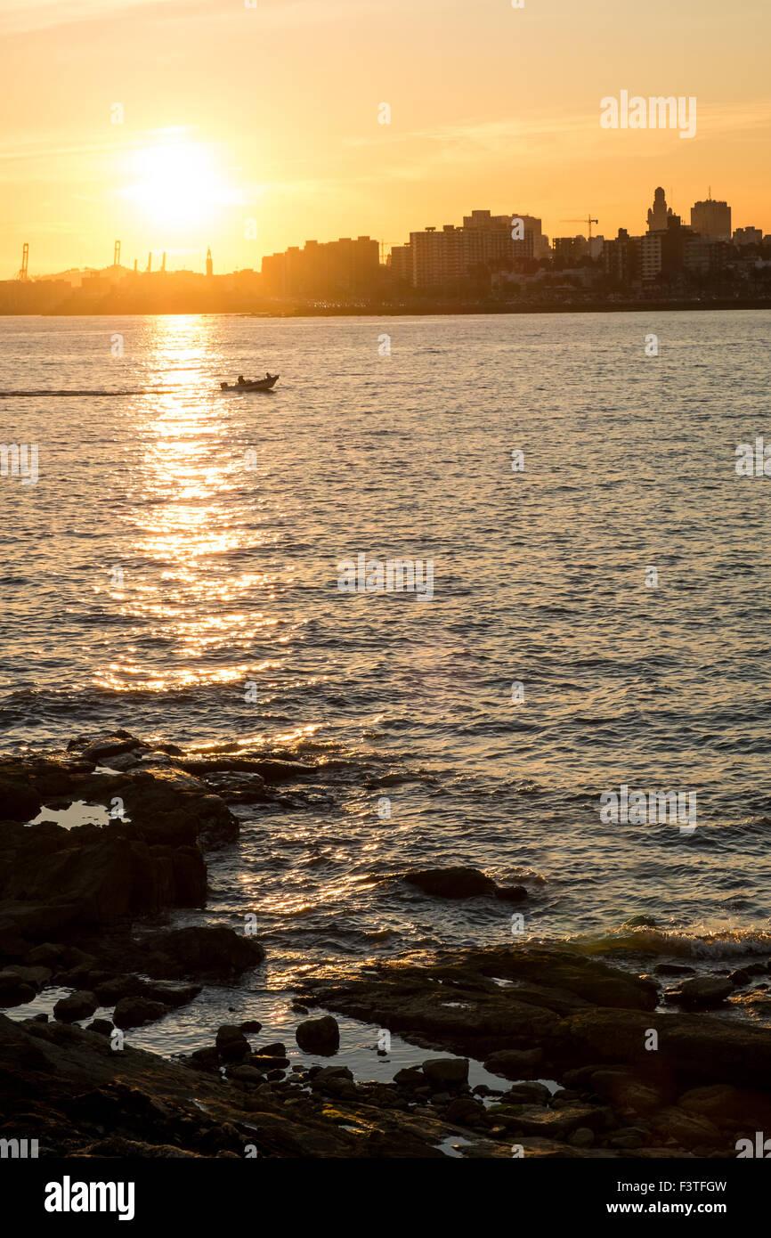 Coucher de soleil sur le rio de la Plata avec Montevideo skyline en arrière-plan Photo Stock
