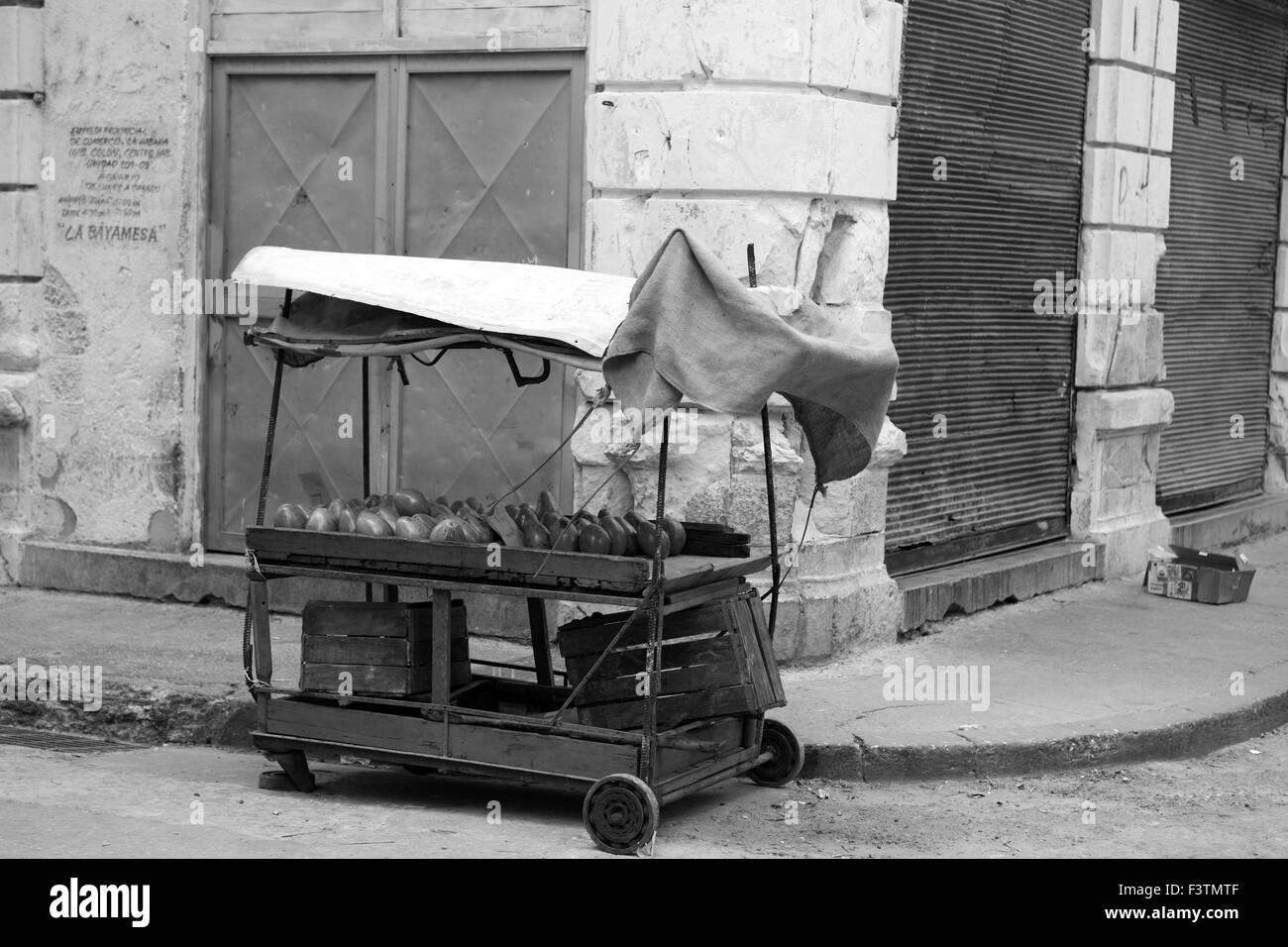 Vieille ville de La Havane Cuba ville B/W L'avocat de l'ancienne terre stand de fruits divers magasins de Photo Stock