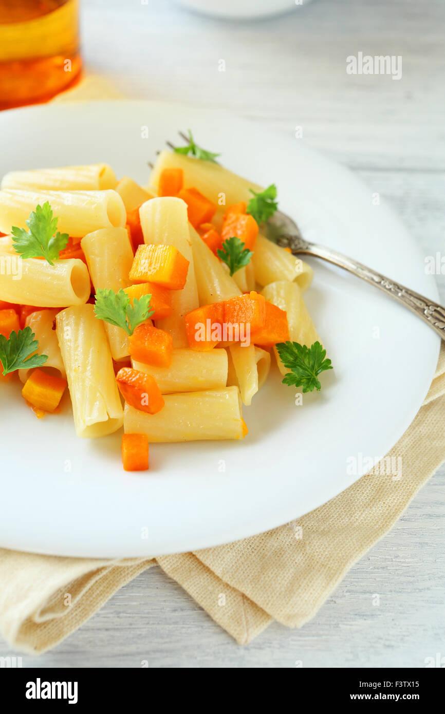Les pâtes avec les carottes dans une assiette, de l'alimentation Photo Stock
