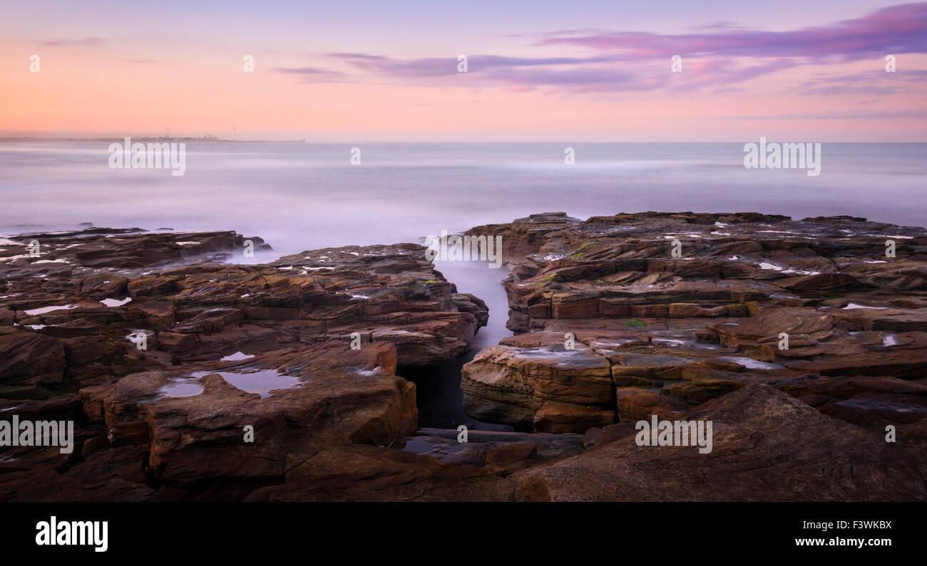 Les roches du littoral à Seaton Sluice Photo Stock