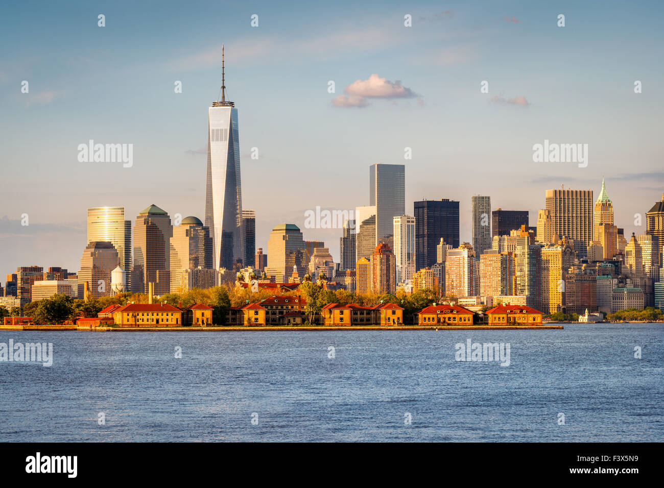 Vue sur le port de New York le World Trade Center et le Lower Manhattan avec quartier des gratte-ciel et Ellis Island. Photo Stock