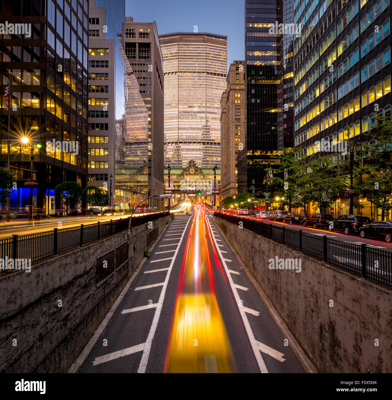 Location de light trails in Park Avenue South, Midtown, Manhattan. Lumière du soir sur New York City skyscrapers Photo Stock