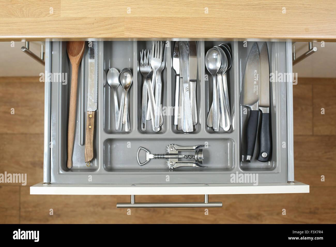 Un tiroir de la cuisine pleine de tous les couverts, couteaux et ustensiles nécessaires pour faire cuire une Photo Stock