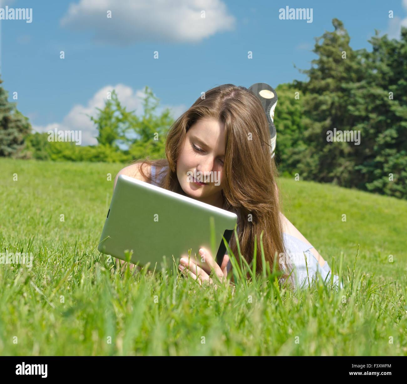 Jeune femme en utilisant le pavé tactile Photo Stock