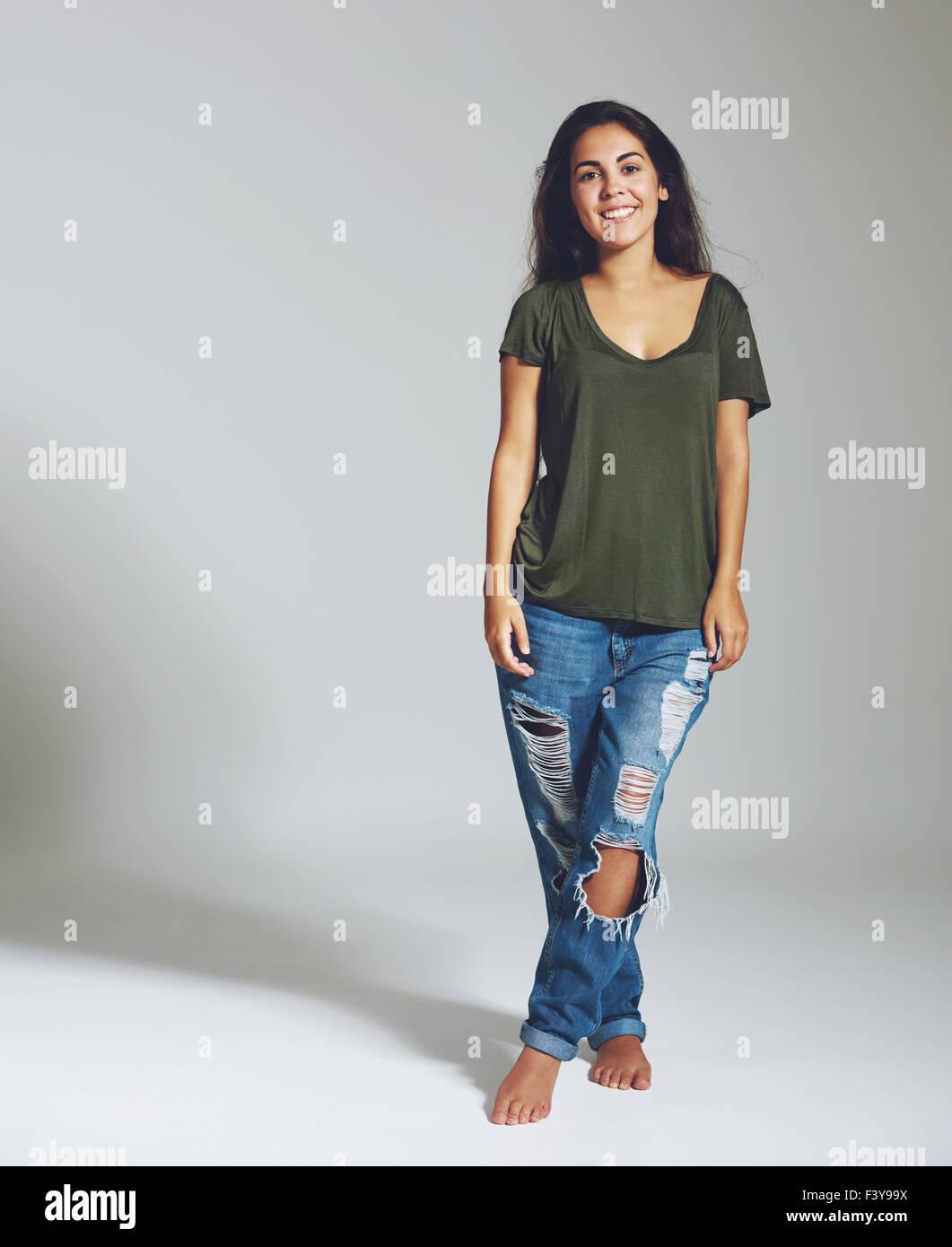 Portrait d'une femme en jeans et une chemise. Portrait isolé Photo Stock
