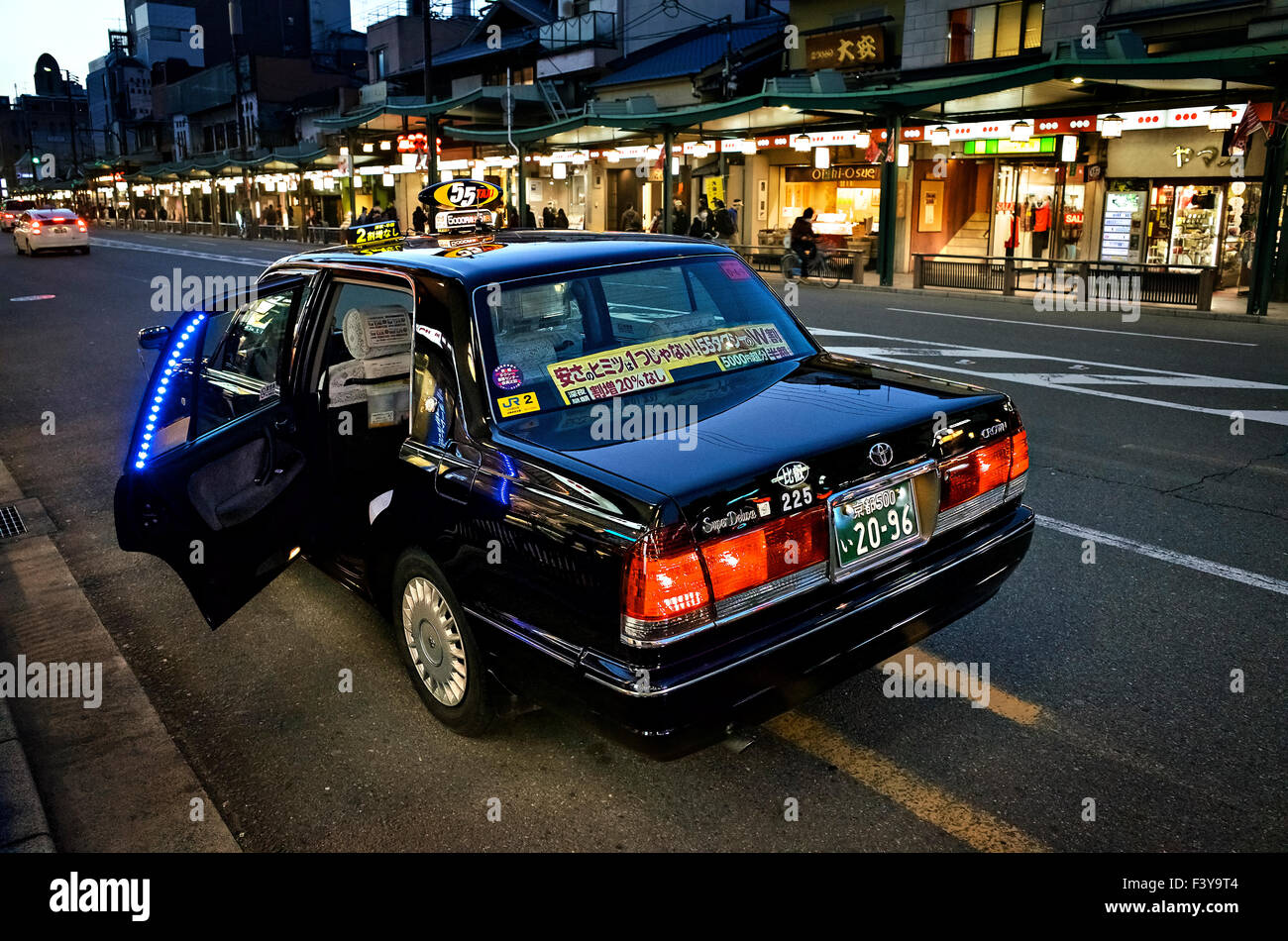 Le Japon, l'île de Honshu, Kansai, Kyoto, taxi en attente dans le district de Gion. Photo Stock