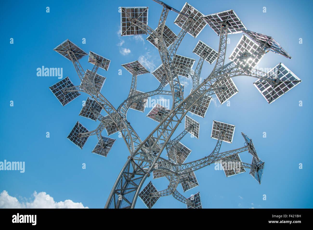 """""""L'énergie de Bristol arbre"""", un panneau solaire arbre fournissant un point de recharge de téléphone Photo Stock"""