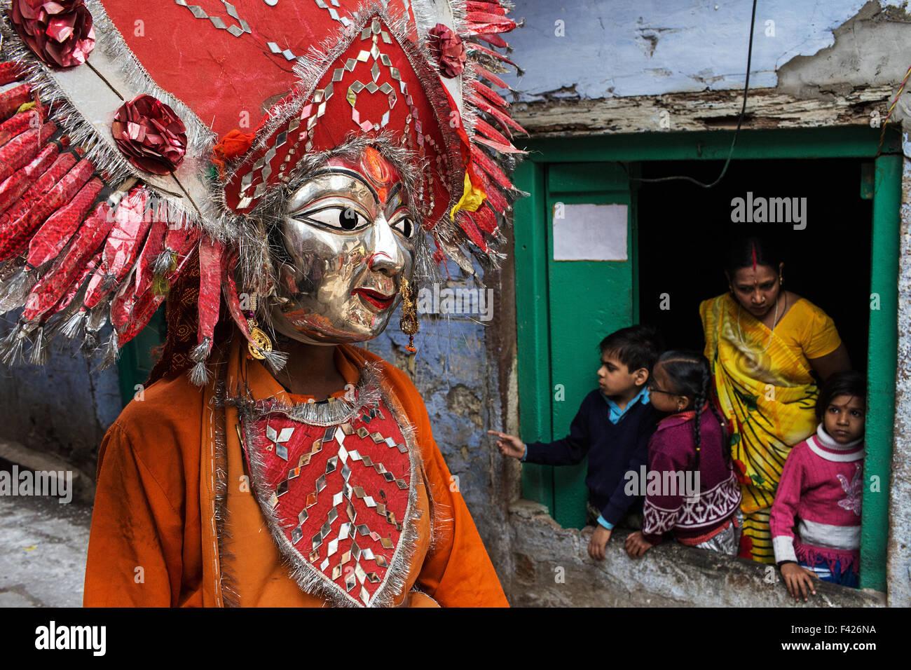 Procession dans la vieille ville au cours de Maha Shivaratri festival à Varanasi, Inde. Photo Stock