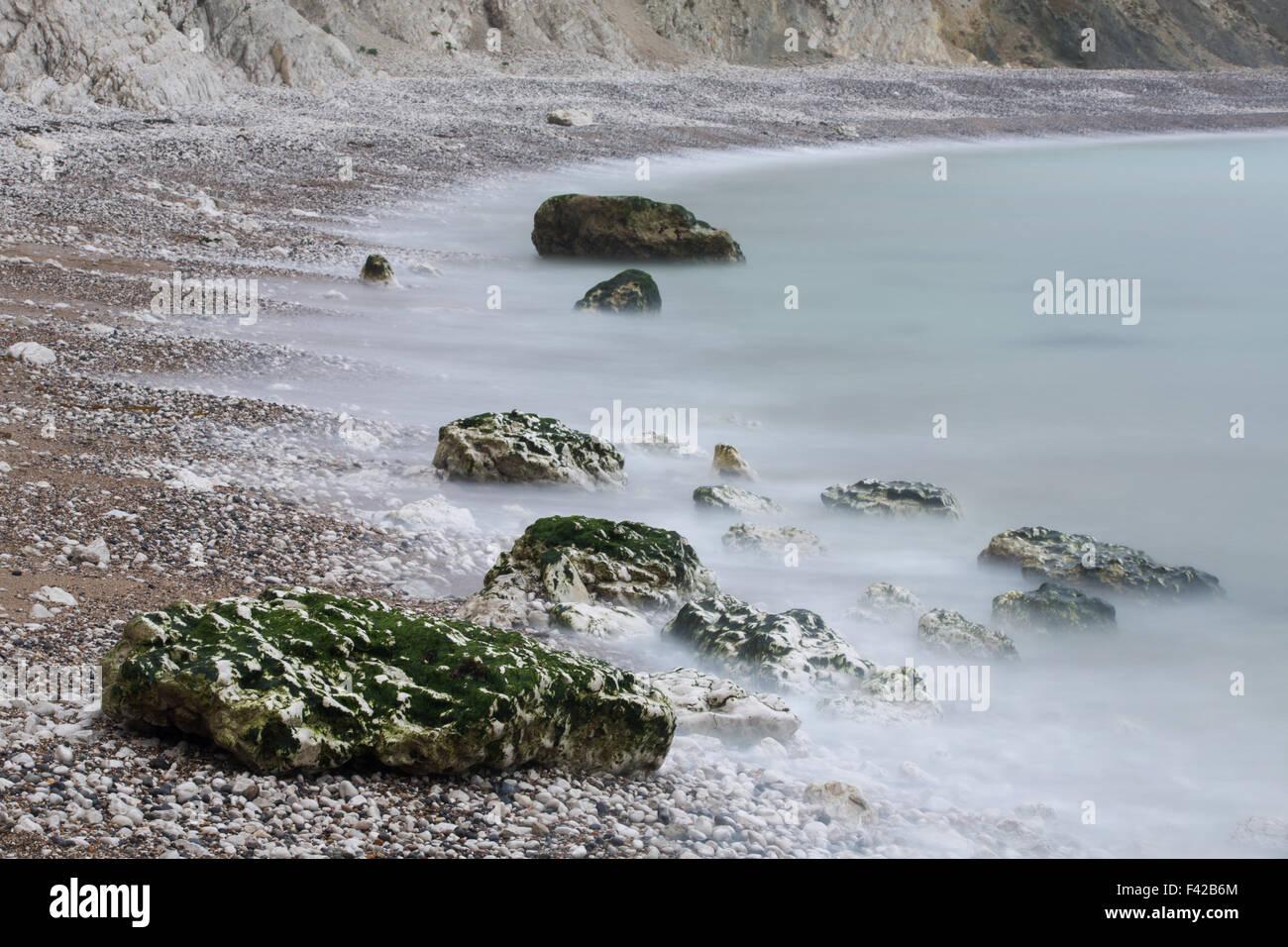 Rochers sur la plage de crique de Lulworth Cove, sur la côte jurassique, Dorset, England, UK Photo Stock