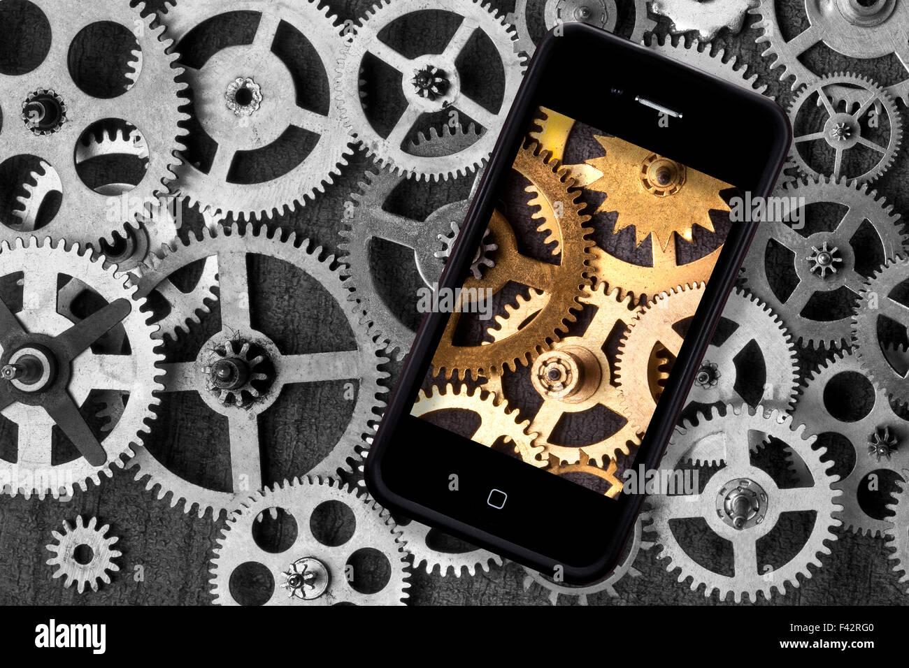 L'industrie - un smartphone numérique moderne d'ajouter de la couleur à une rétro arrière Photo Stock