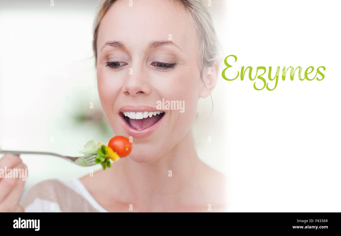 Enzymes contre woman eating a tomato Photo Stock
