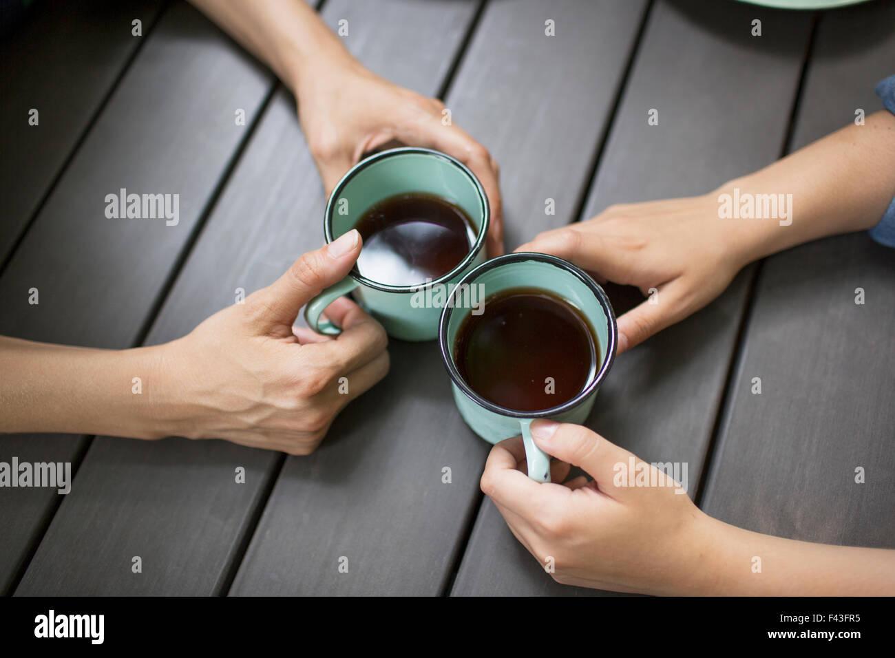 Deux personnes assises à une table, boire du café, vue de dessus). Photo Stock