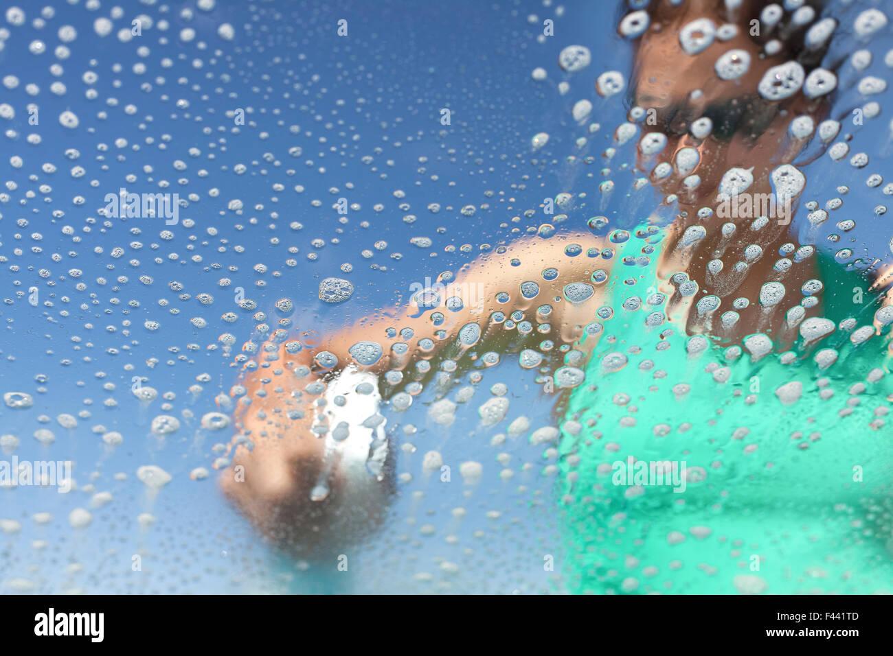 Lave-vitre de voiture, des bulles de savon de l'intérieur, faible profondeur de champ. Banque D'Images