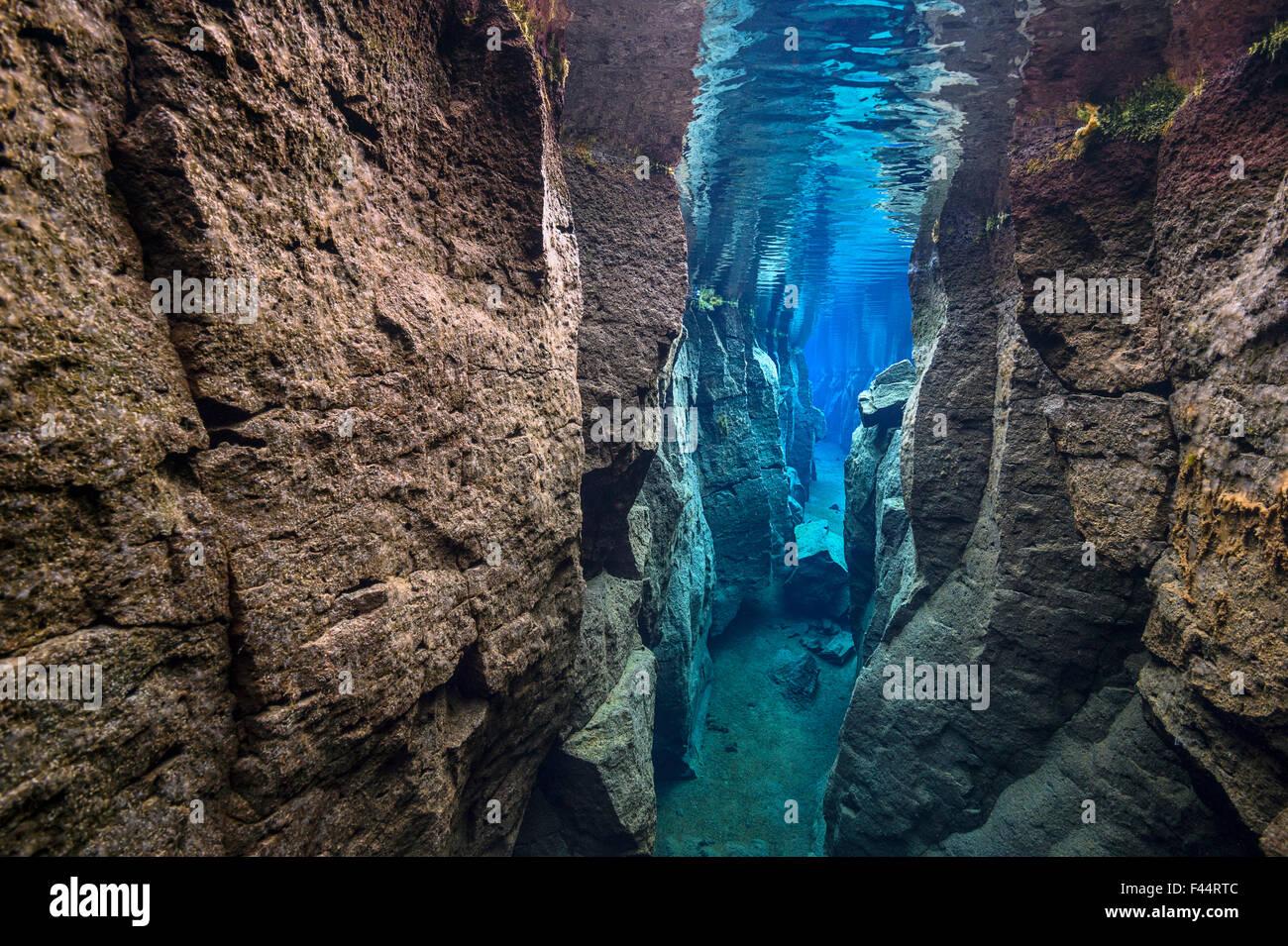 L'étroit canyon Nes, problème rempli d'eau douce dans la vallée du Rift, entre les plaques Photo Stock