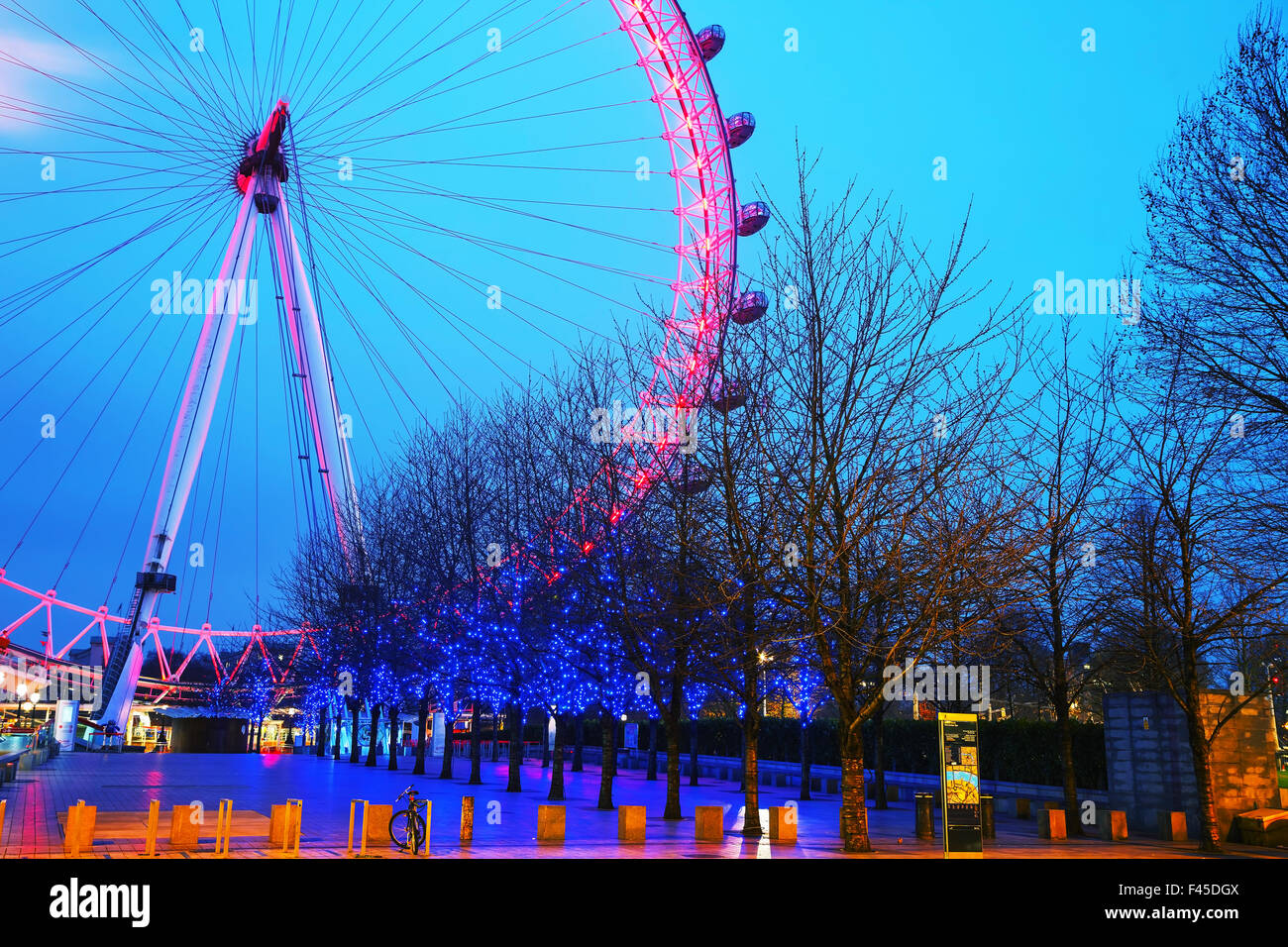 La grande roue London Eye le soir Photo Stock