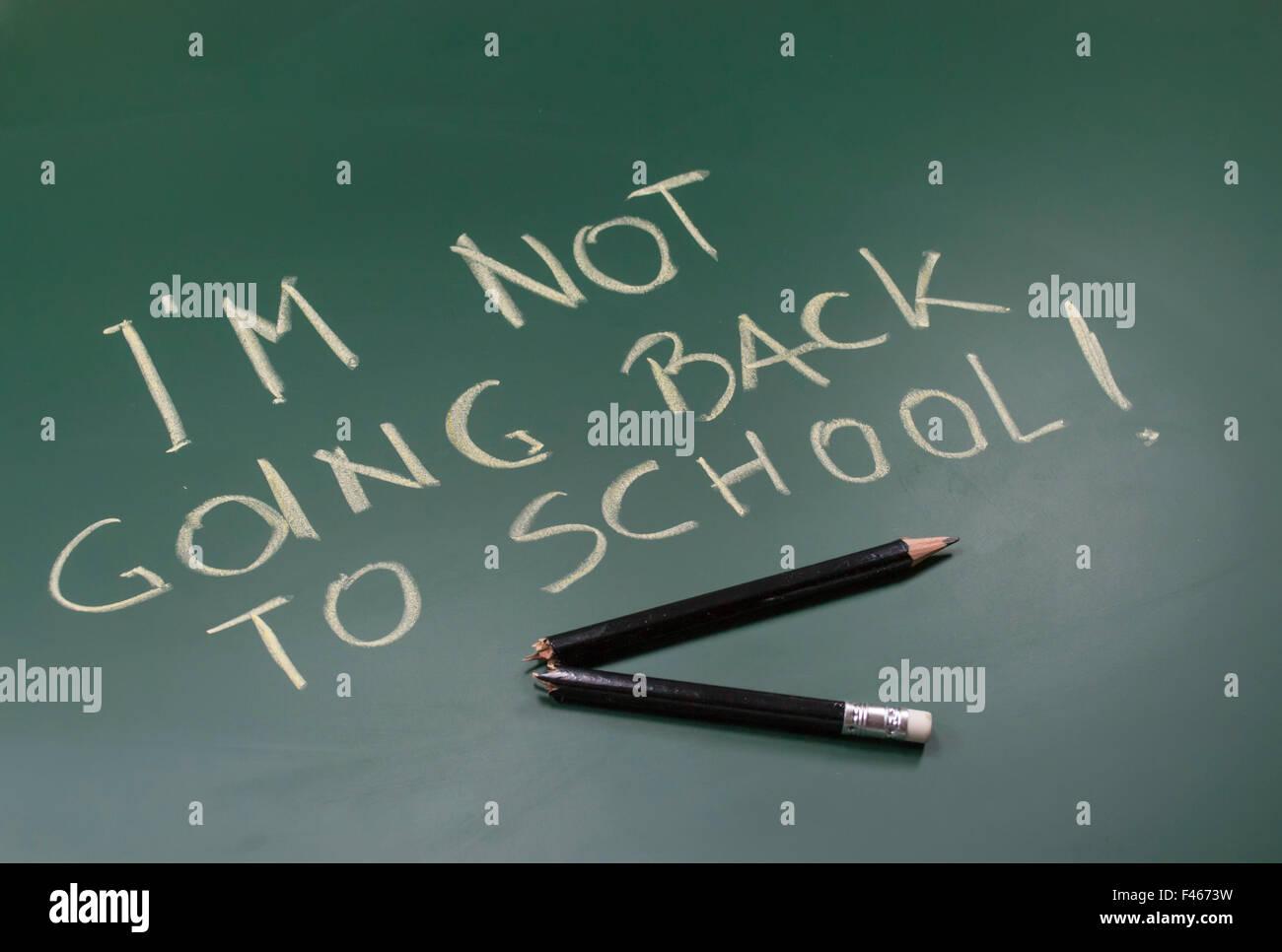 Message écrit à la craie sur tableau noir et cassé en deux crayon en bois, conceptual image sur le Photo Stock