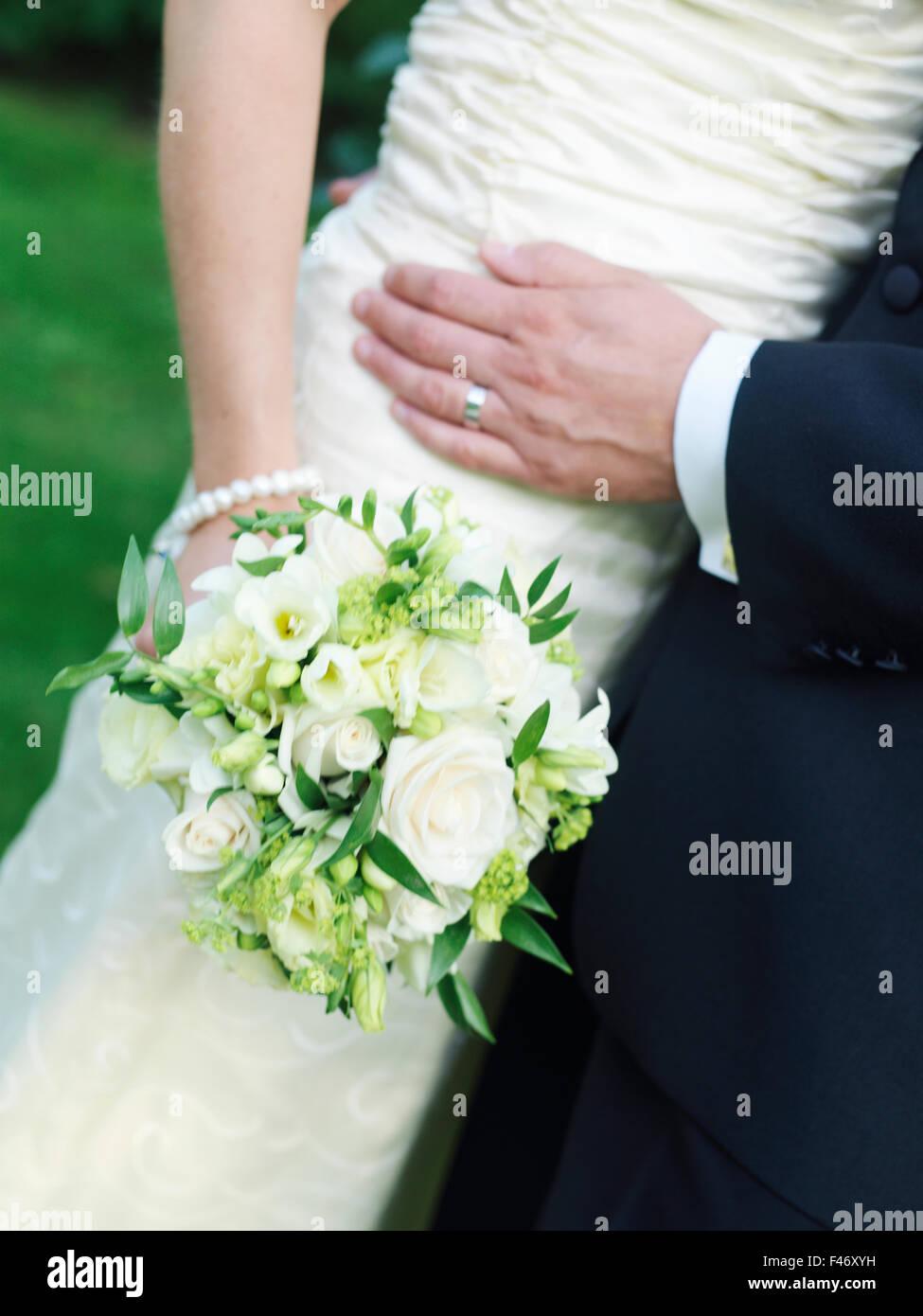 Young couple holding a bouquet de mariage, la Suède. Banque D'Images
