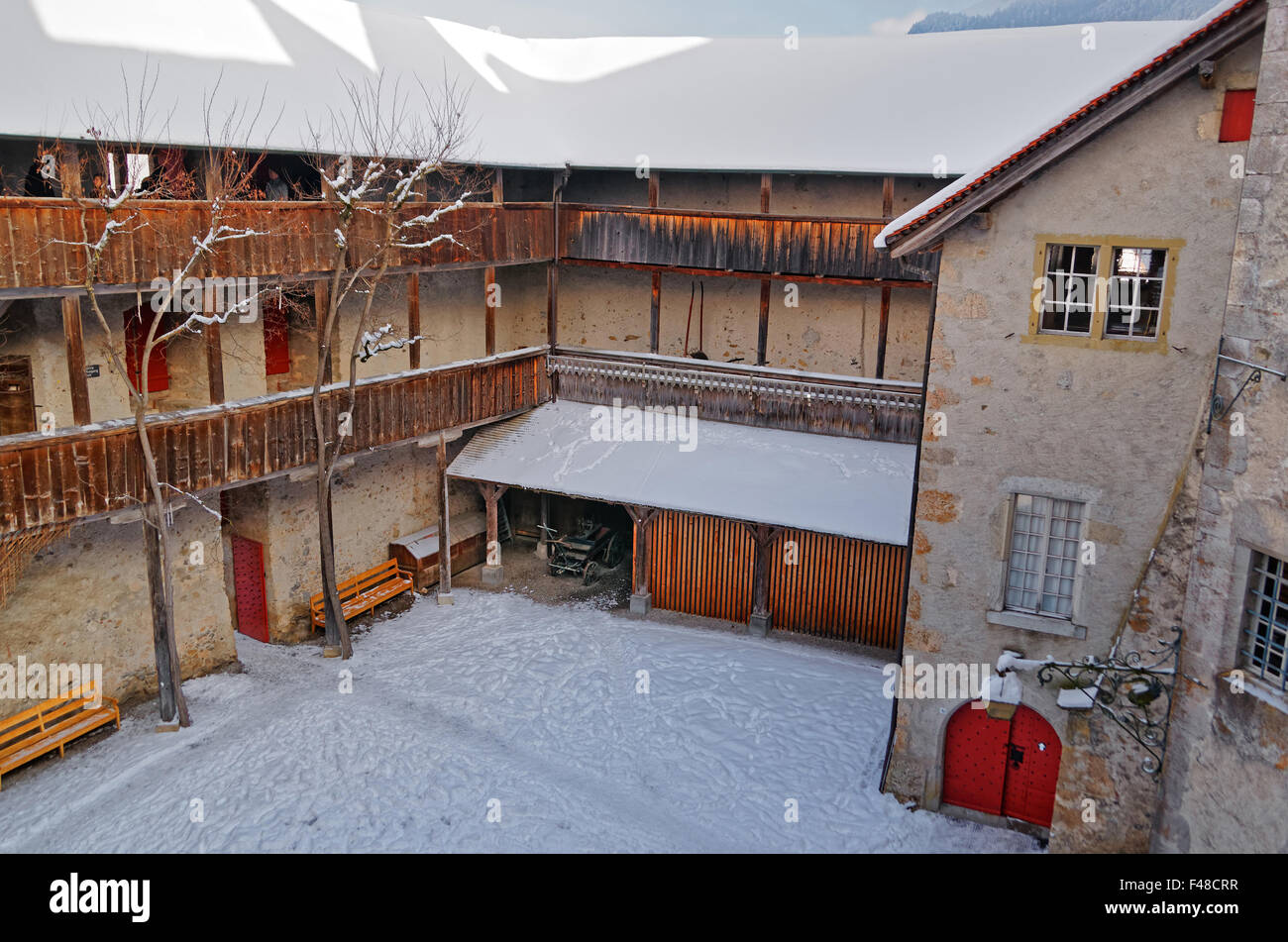Gruyère, SUISSE - 31 décembre 2014: intime à la cour intérieure du château de Gruyères en Suisse. Banque D'Images