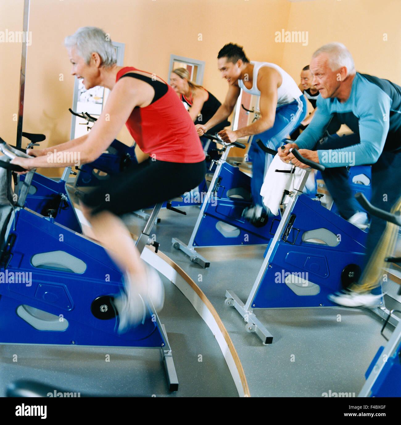20-24 ans 30-34 ans adultes activité seul athlète location bodybuilding cycle image couleur l'exercice Photo Stock