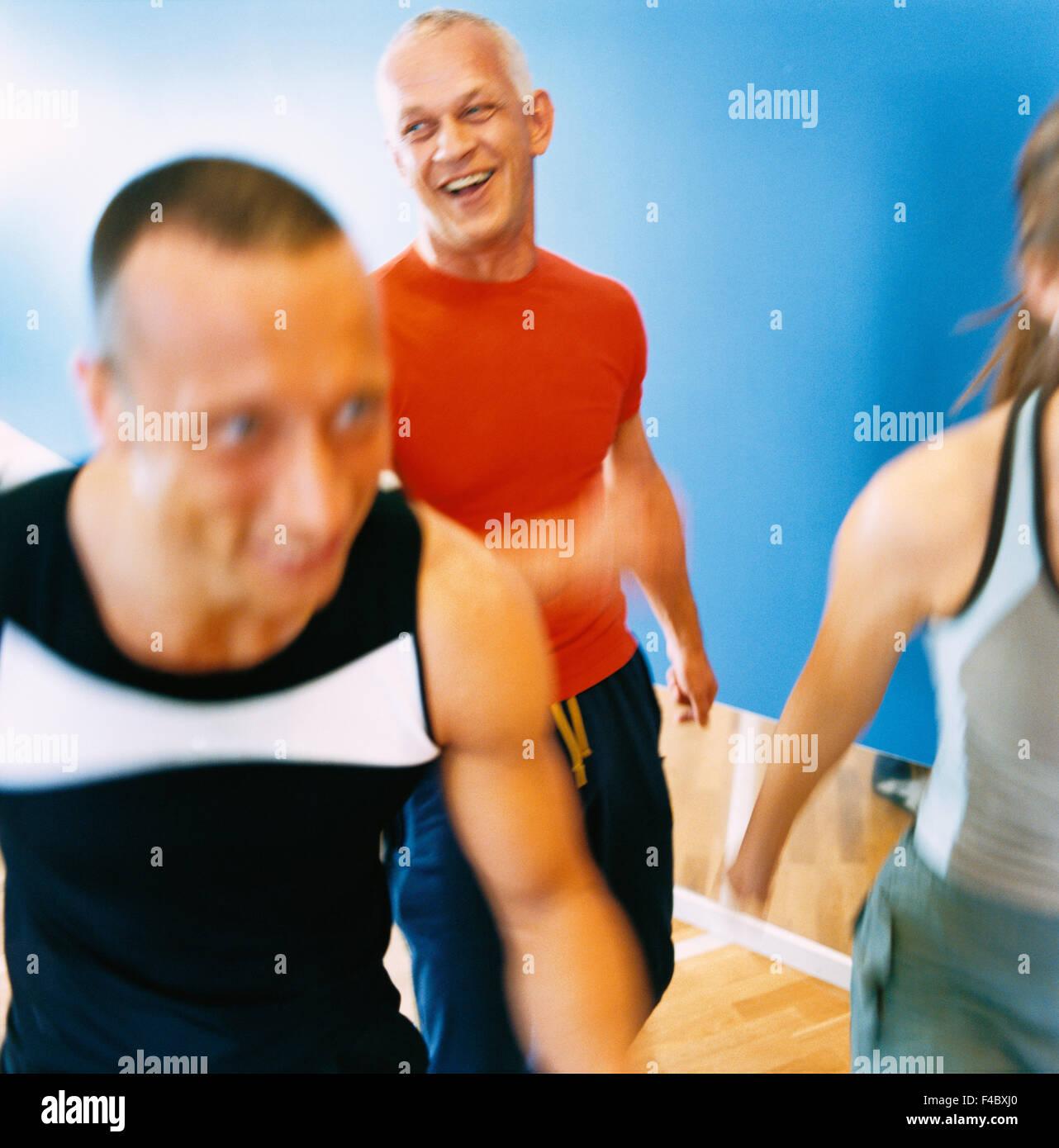 30-34 ans 70-74 ans 75-79 ans Adultes seulement l'activité aérobic musculation athlète image Photo Stock