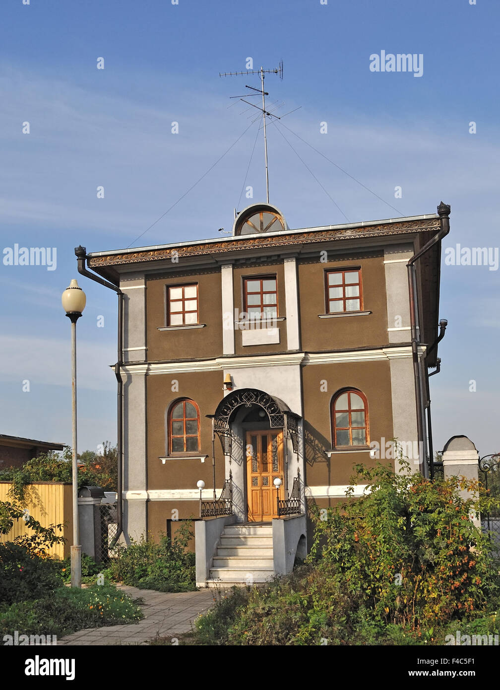 Nouvelle maison moderne avec verdure devant Photo Stock