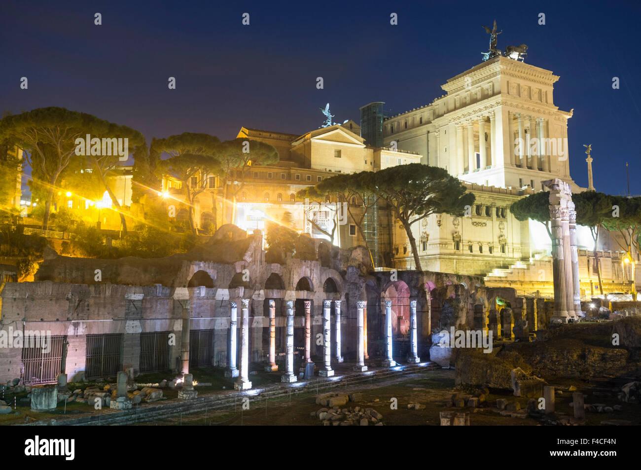 Vittoriano et Forum de Trajan par nuit, Rome, Italie Photo Stock