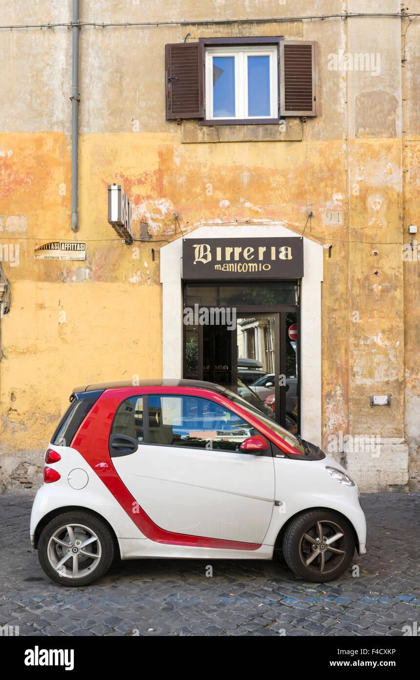 Scène de rue avec nouvelle Mini voiture Fiat dans quartier de Trastevere. Rome, Italie Photo Stock