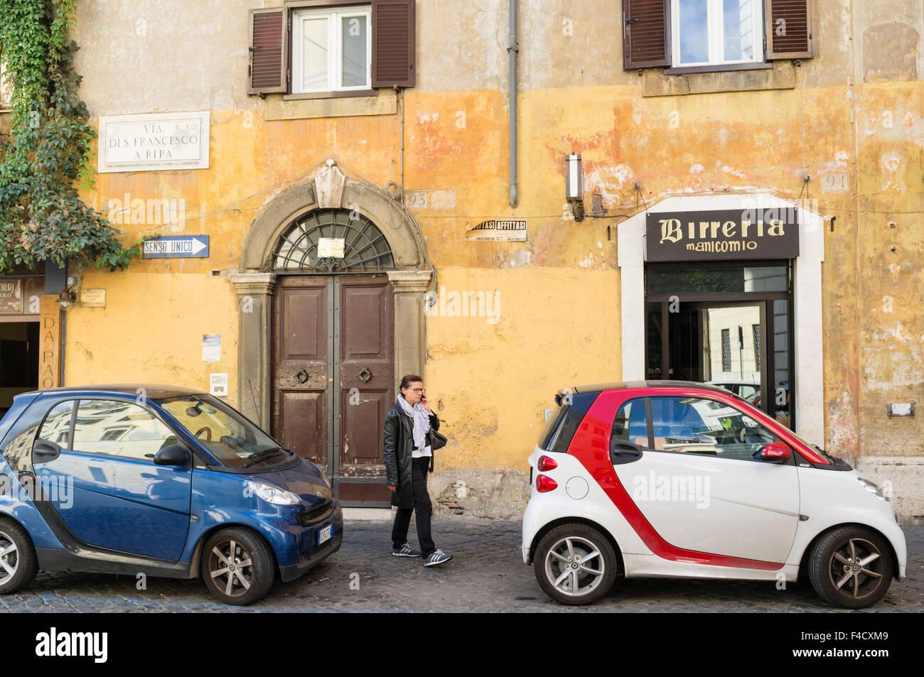 Scène de rue avec de nouveaux mini-voitures Fiat dans quartier de Trastevere. Rome, Italie Photo Stock