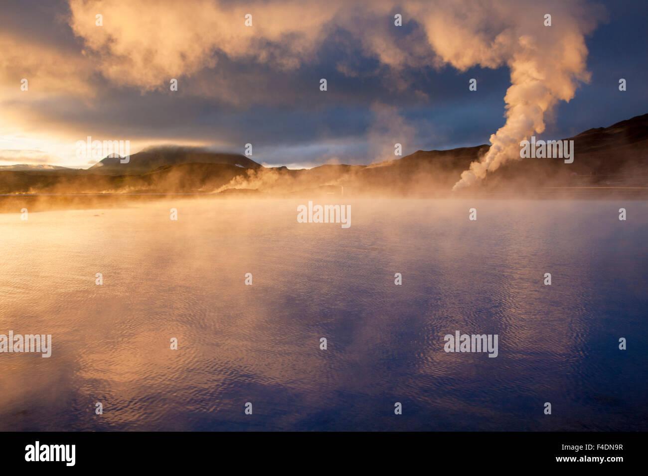 La lumière au coucher du soleil sur le streaming cheminées géothermiques à Bjarnarflag, 73320 Photo Stock