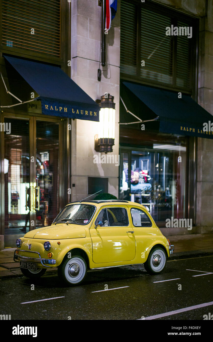 l 39 angleterre londres mayfair meubles anciens des ann es 1960 fiat 500 voiture soir banque d. Black Bedroom Furniture Sets. Home Design Ideas