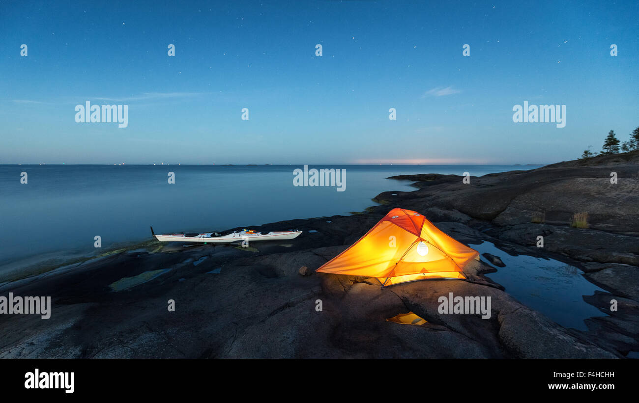 Kayak et camping à Porkkala, Sunday, la Finlande, l'Europe, l'UNION EUROPÉENNE Photo Stock