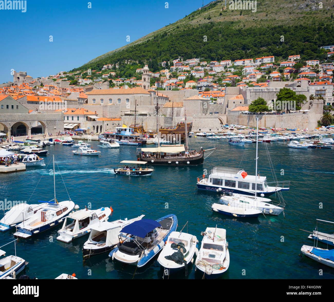 Dubrovnik, Croatie, comté de Dubrovnik-Neretva. Bateaux dans le Vieux Port. La vieille ville de Dubrovnik est Photo Stock