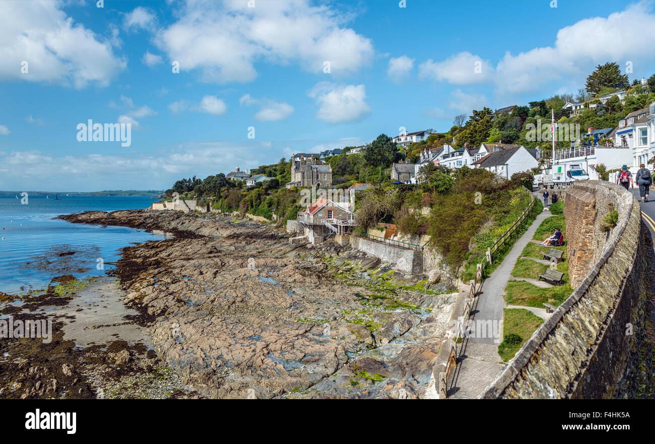 Vue sur la côte pittoresque du village de pêcheurs St.Mawes à la côte de Cornouailles près Photo Stock