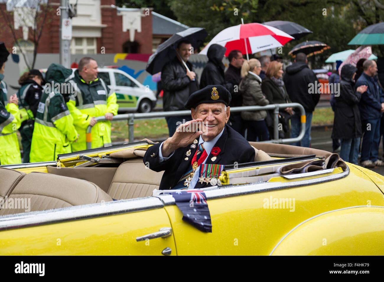 Melbourne, Australie - 25 Avril 2015: un ancien combattant est conduit autour et brandit au gens à l'ANZAC day parade. Banque D'Images